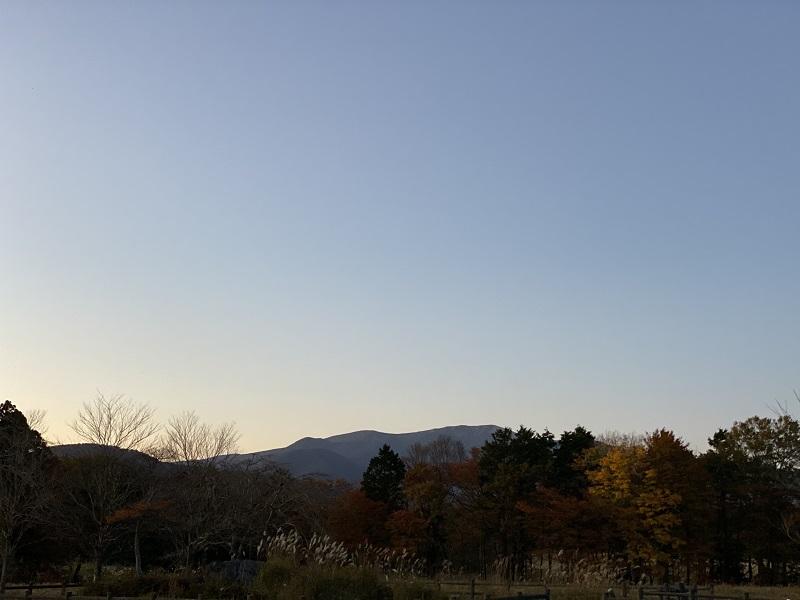 深山牧野から撮影した栗駒山の夕焼けの写真
