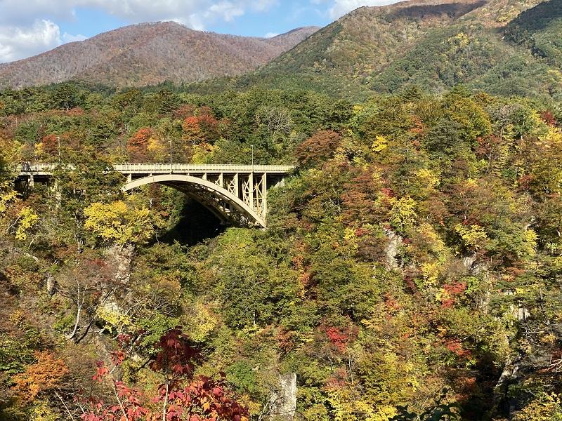 iphone11proで撮影鳴子レストハウスから見た鳴子峡の紅葉の写真