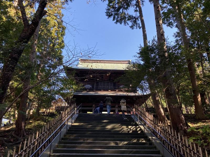 円覚寺の正門の石段と正門