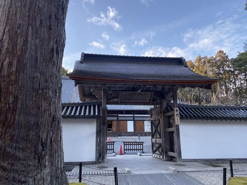 瑞巌寺の門をアップで・・