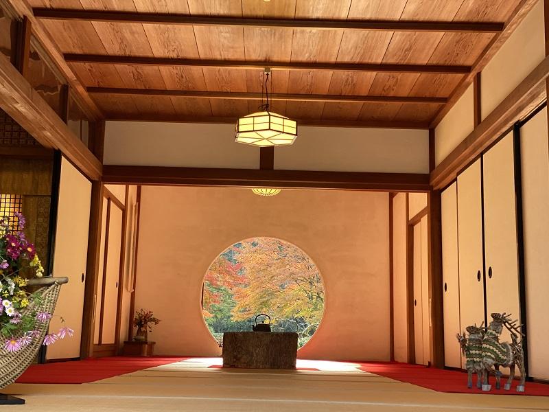 明月院の丸窓から見た風景